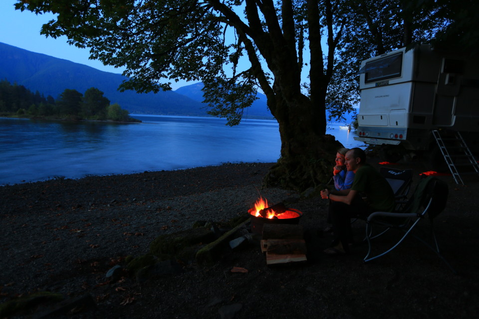 We were almost alone at the campsite and enjoyed the quite of the lake, watching trout jump and the moon rise.