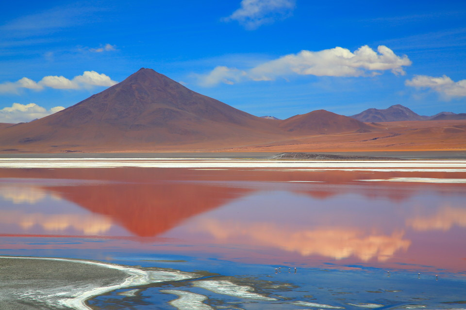 Natural pigments of the algae living in the lake give it this blood-red color and serve as a source of food for the flamingos.