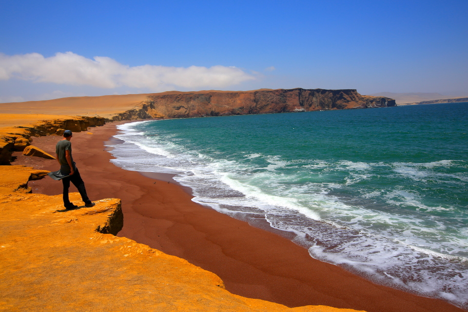 Paracas is full of contrasts: the green-blue water, red sand beaches, and the cliffs seen here are typical for the area.